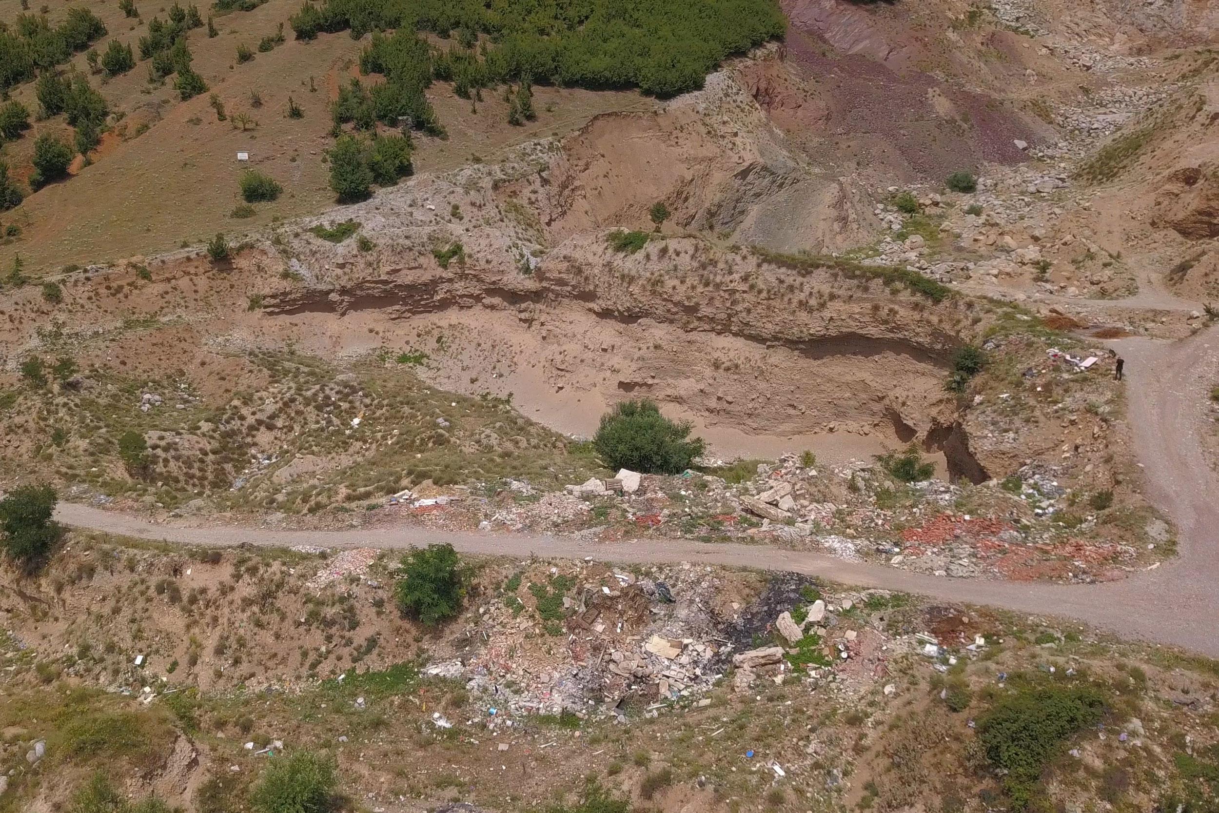 Ky degradim është bërë ndër vite në fshatin Vrellë të Komunës së Istogut nga dy gurthyes, të cilët nuk e kanë rehabilituar vendin pas gërmimeve. Për këtë arsye ato janë proceduar në gjykatë, por të dy lëndët janë parashkruar nga gjykata